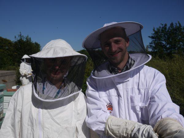 Oopperan mehiläiset; mehiläistarhaajat Niina Kangas ja Lauri Reuter.